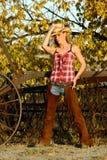 Cow-girl inclinant son chapeau Images libres de droits