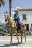 Cow-girl sur le cheval pendant le défilé vers le bas State Street, Santa Barbara, CA, vieille fiesta espagnole de jours, 3-7 août Image libre de droits