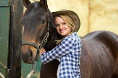 Cow-girl étreignant le cheval Photographie stock libre de droits