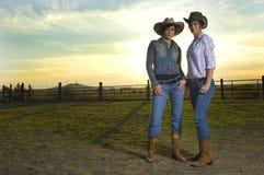 Cow-girls jumelles dans un corail Images stock