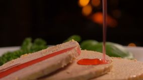 Cowberry κινηματογραφήσεων σε πρώτο πλάνο το σιρόπι χύνει στα gras foie απόθεμα βίντεο