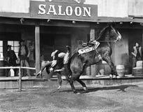 Cowboy étant jeté outre de son cheval (toutes les personnes représentées ne sont pas plus long vivantes et aucun domaine n'existe Photographie stock