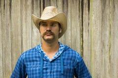 Cowboy auf hölzernem Hintergrund Stockbild