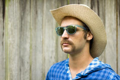 Cowboy auf hölzernem Hintergrund Lizenzfreie Stockfotografie