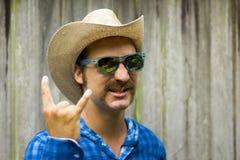 Cowboy auf hölzernem Hintergrund lizenzfreie stockfotos