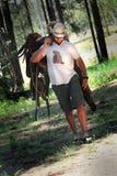 Cowboy avec la selle image stock