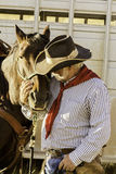Cowboy barbu blanc par son cheval photo libre de droits