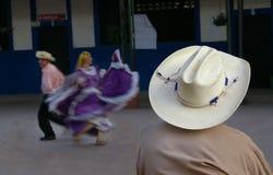 Cowboy che guarda i danzatori ispanici fotografie stock libere da diritti