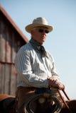 Cowboy che monta un cavallo Fotografia Stock