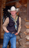 Cowboy che si appoggia contro la costruzione - parte anteriore Immagine Stock