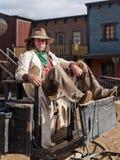 Cowboy che si siede su un vagone Immagini Stock
