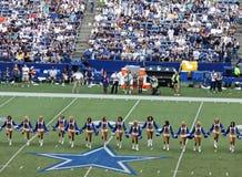 Cowboy-Cheerleadern halbzeitlich Stockbild