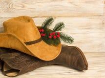 Cowboy Christmas Amerikanische traditionelle Weststiefel und Hut auf Holz stockfotos