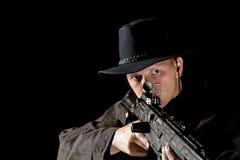 Cowboy con il fucile ad alta potenza Fotografia Stock Libera da Diritti