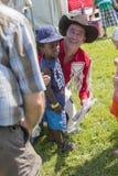 Cowboy con il ragazzo immagini stock libere da diritti
