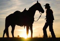 Cowboy con il suo cavallo fotografia stock libera da diritti