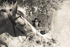Cowboy-, Cowgirlland und Westpaare mit Pferd und Sattel auf Ranch stockfotografie