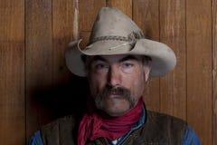 Cowboy da una parete di legno Fotografie Stock Libere da Diritti