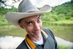 Cowboy de sourire sur le fond de la nature Image libre de droits