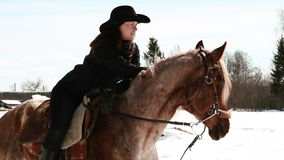 Cowboy della ragazza che si siede su un cavallo Fotografia Stock Libera da Diritti