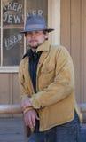 Cowboy, der auf Schiene sich lehnt. lizenzfreie stockfotografie