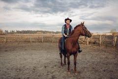 Cowboy, der ein Pferd auf eine Ranch, West reitet lizenzfreies stockfoto