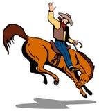 Cowboy, der ein sträubendes wildes Pferd reitet Lizenzfreie Stockfotos
