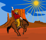 Cowboy, der ein sträubendes wildes Pferd reitet Stockfoto