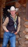 Cowboy, der am Gebäude - Frontseite sich lehnt Stockbild