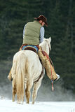 Cowboy, der seine Ausrüstung überprüft Lizenzfreies Stockbild