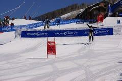 Cowboy di corsa con gli sci che colpiscono il salto Fotografia Stock Libera da Diritti