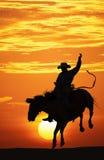 Cowboy die een bucking paard berijdt. Royalty-vrije Stock Fotografie