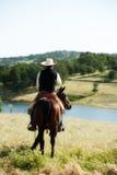 Cowboy die zijn paard berijdt Stock Foto's