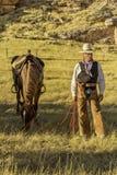 Cowboy durch sein Pferd lizenzfreies stockbild