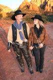 Cowboy e cowgirl che esaminano ogni altro largo Fotografia Stock
