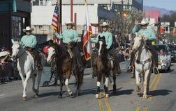 Cowboy e ragazze, 115th Dragon Parade dorato, nuovo anno cinese, 2014, anno del cavallo, Los Angeles, California, U.S.A. Immagine Stock