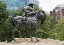 Cowboy en bronze sur la sculpture en cheval, plaza pionnière, Dallas photographie stock