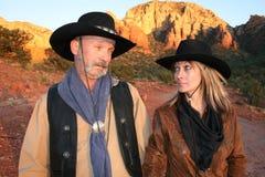Cowboy en veedrijfster die elke ander-sedona AZ bekijken Stock Fotografie