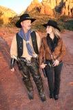 Cowboy en veedrijfster die elke andere breed bekijken Stock Foto