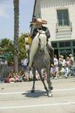 Cowboy espagnol à cheval pendant le défilé vers le bas State Street, Santa Barbara, CA, vieille fiesta espagnole de jours, 3-7 ao Images libres de droits