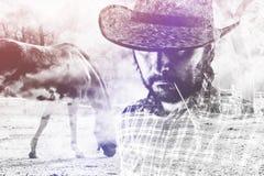 Cowboy Farmer, das Straw Hat auf Pferderanch trägt Stockfoto
