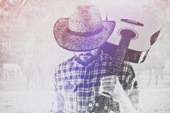 Cowboy Farmer med gitarren och Straw Hat på hästranch Arkivbilder