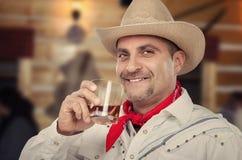 Cowboy genießt ordentlichen Whisky Stockfotografie