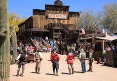 Cowboy Gunfighters på guldfältspökstaden Royaltyfria Bilder