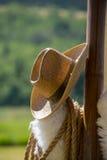 Cowboy Hat che appende sulla posta di legno Fotografia Stock Libera da Diritti