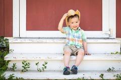 Cowboy Hat f?r kinesisk och Caucasian pojke f?r gulligt blandat lopp b?rande arkivfoto