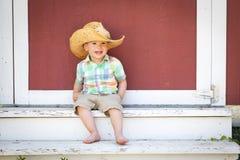 Cowboy Hat f?r kinesisk och Caucasian pojke f?r lyckligt blandat lopp b?rande arkivbilder