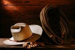 Cowboy Hat und Westlasso-Lasso in der Weinlese-Ranch-Scheune Stockfotos