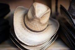 Cowboy Hats på hylla Royaltyfri Bild