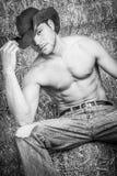 Cowboy in Hay Bales Fotografie Stock Libere da Diritti